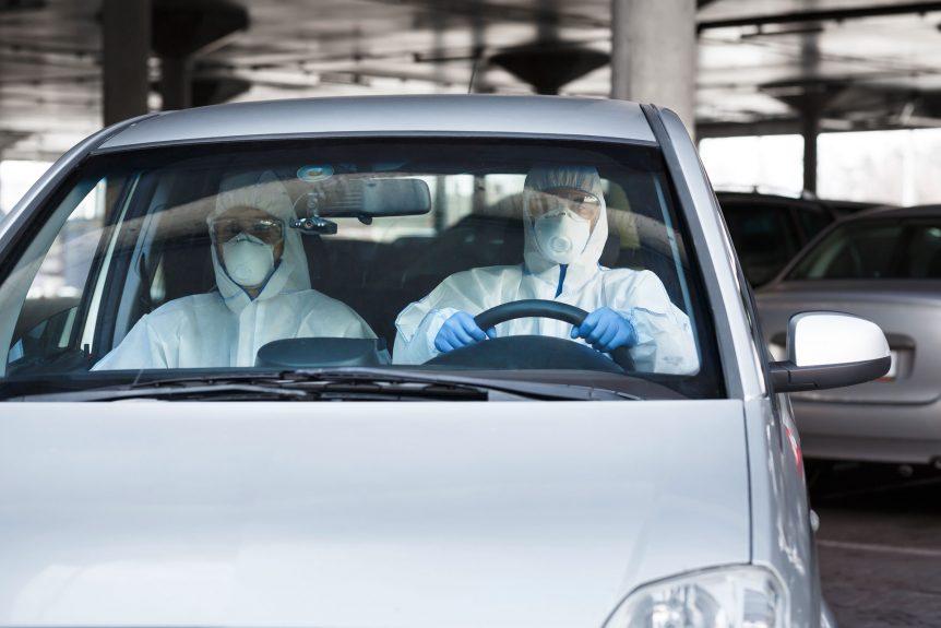 toyota desarrolló un vehículo especial para transportar infectados por covid-19 Toyota desarrolló un vehículo especial para transportar infectados por Covid-19 medical worker and virologist in protective suits P66FYRC 862x575